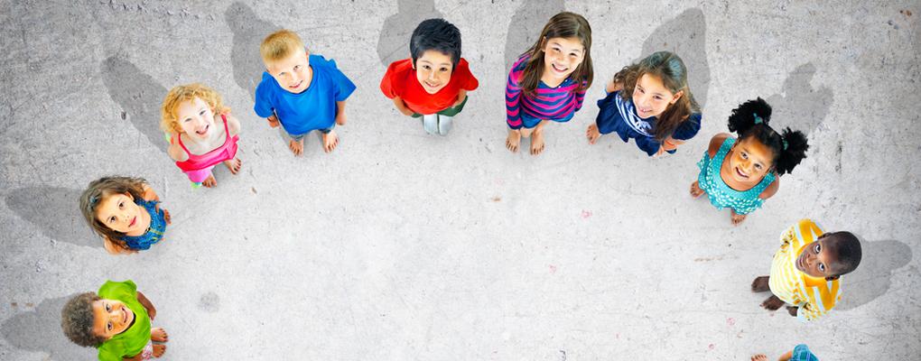 Kinder stehen im Kreis