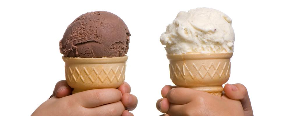 Zwei Eistüten mit je einer Kugel Eis