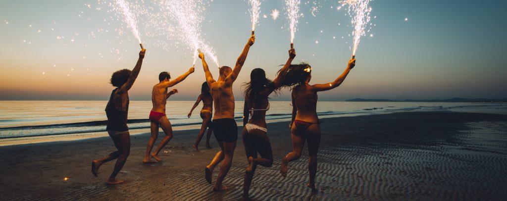 abifahrt_jugendliche_strand_wunderkerzen_party_feiern