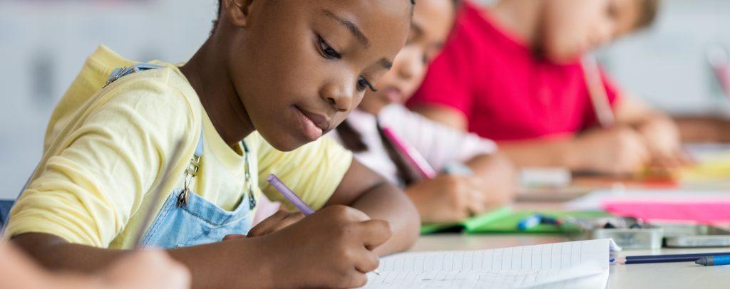 maedchen-schreibt-unterricht-schule