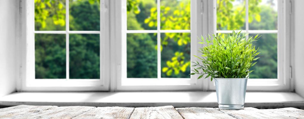 Ein Fenster mit Fensterbank