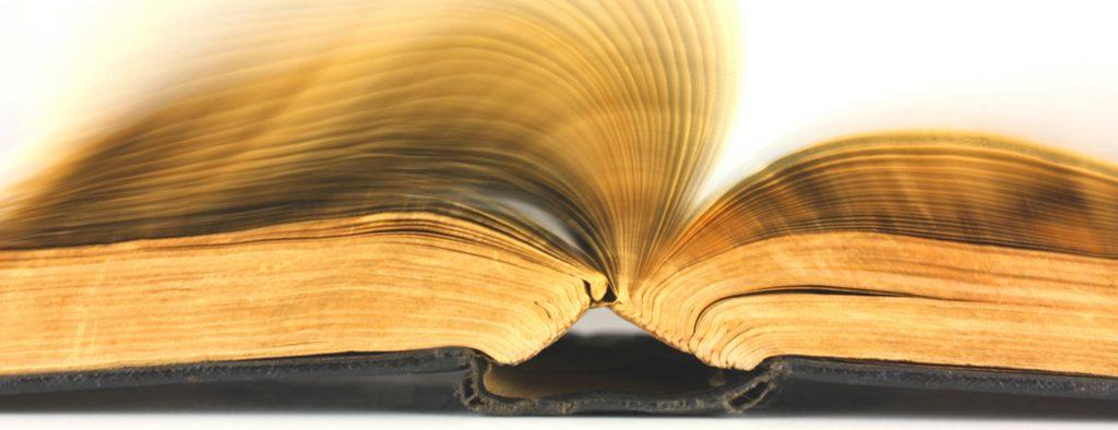 Die Seiten eines Buches scheinen sehr schnell umzublättern