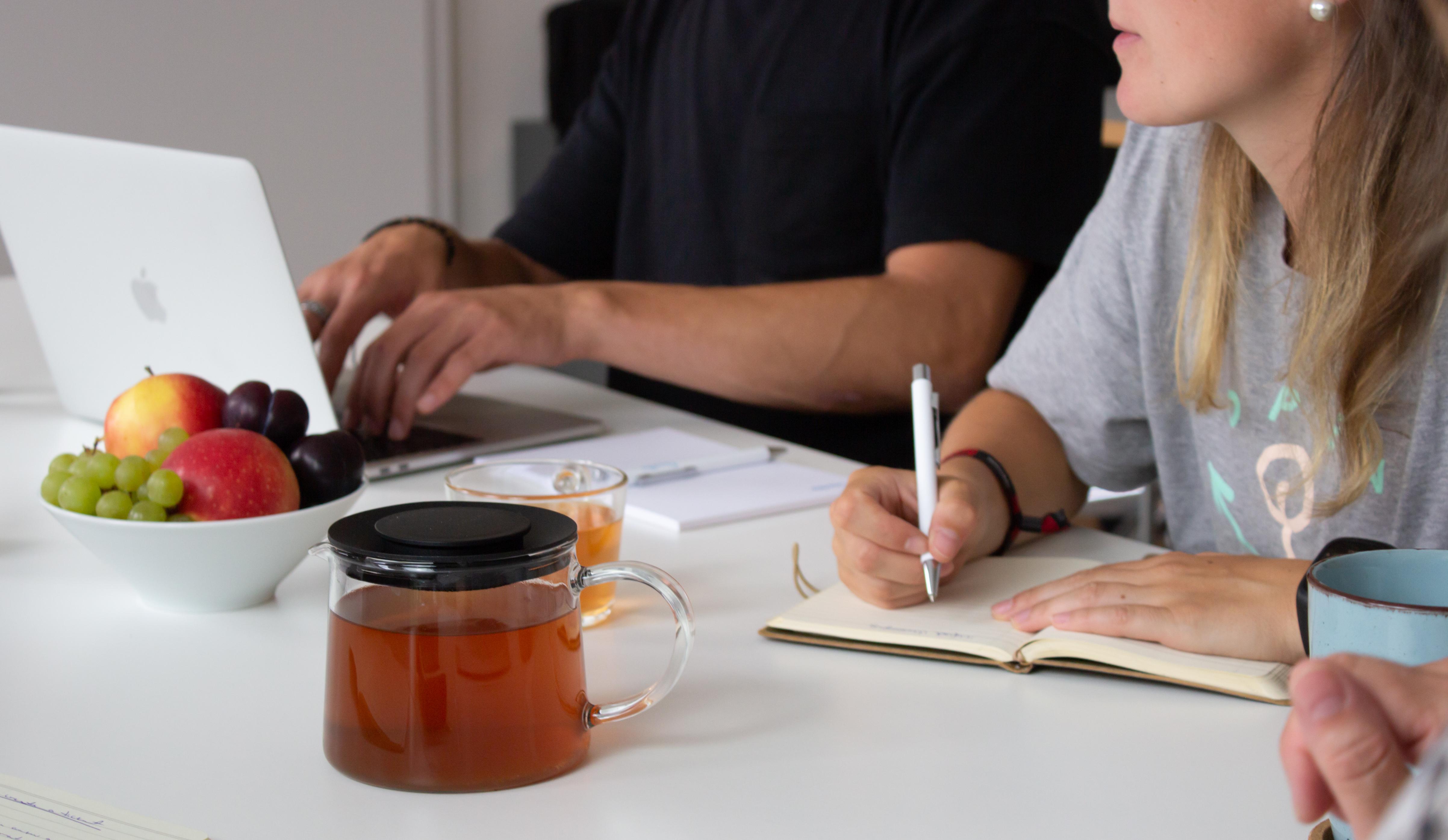 Bild einer Userlike-Mitarbeiterin die sich Notizen macht.