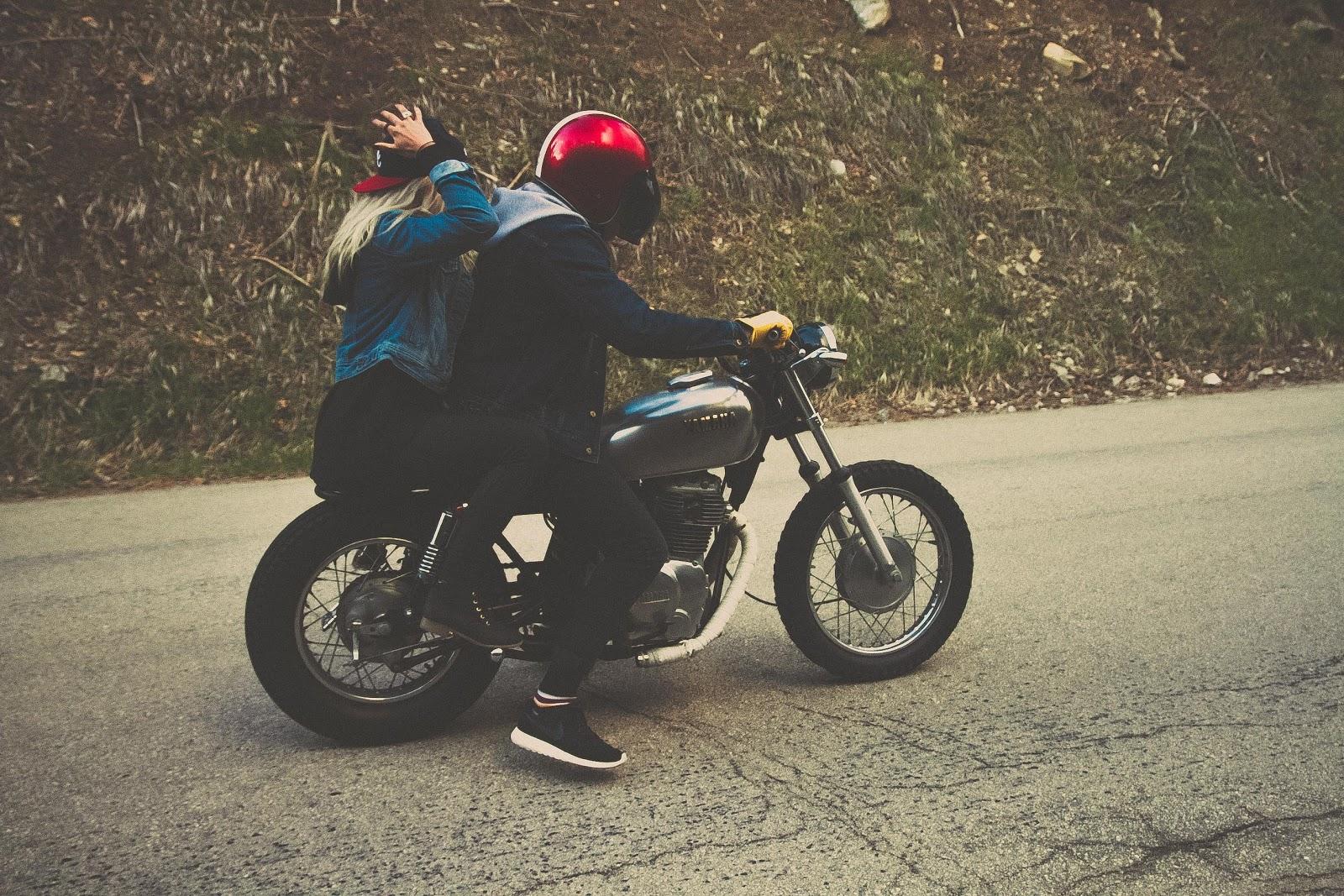 Pärchen auf Motorrad