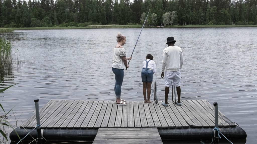 Perhe on kalastamassa ja Ida huomaa pullopostin.