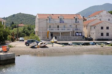 Hodilje, Pelješac, Property 10234 - Apartments and Rooms blizu mora with pebble beach.