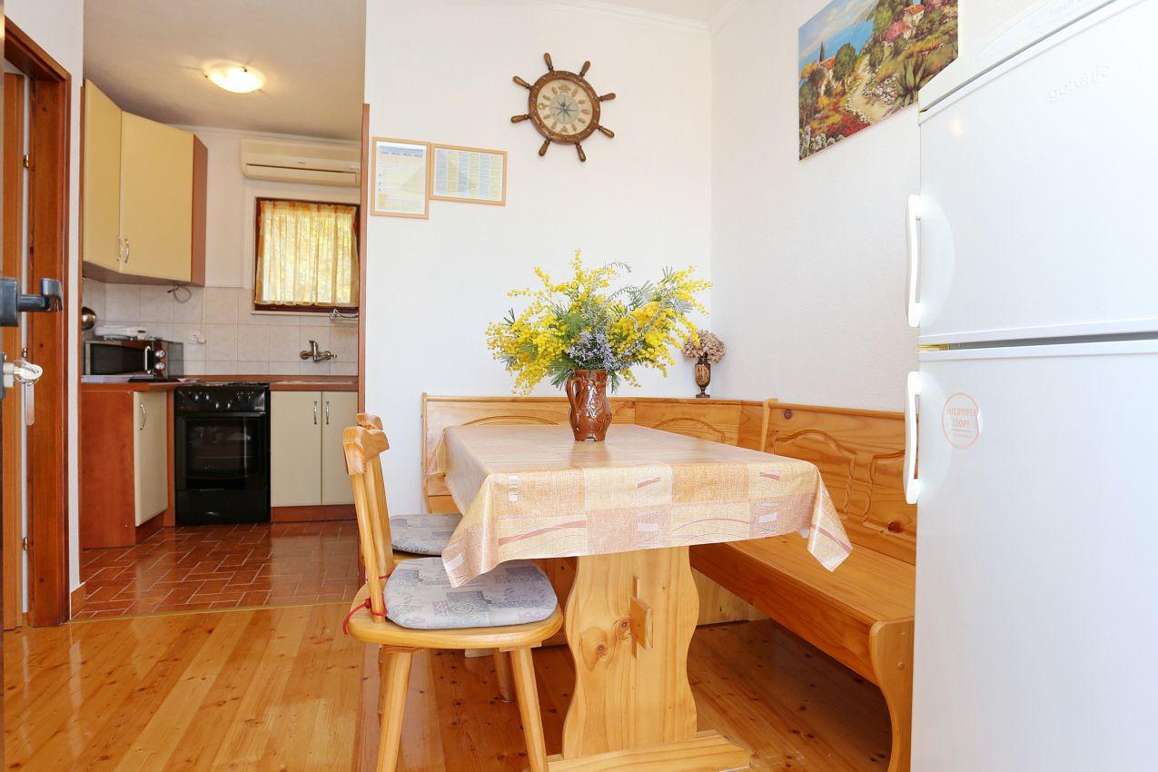 Apartmány s parkoviskom v meste Drvenik Veliki - 10346