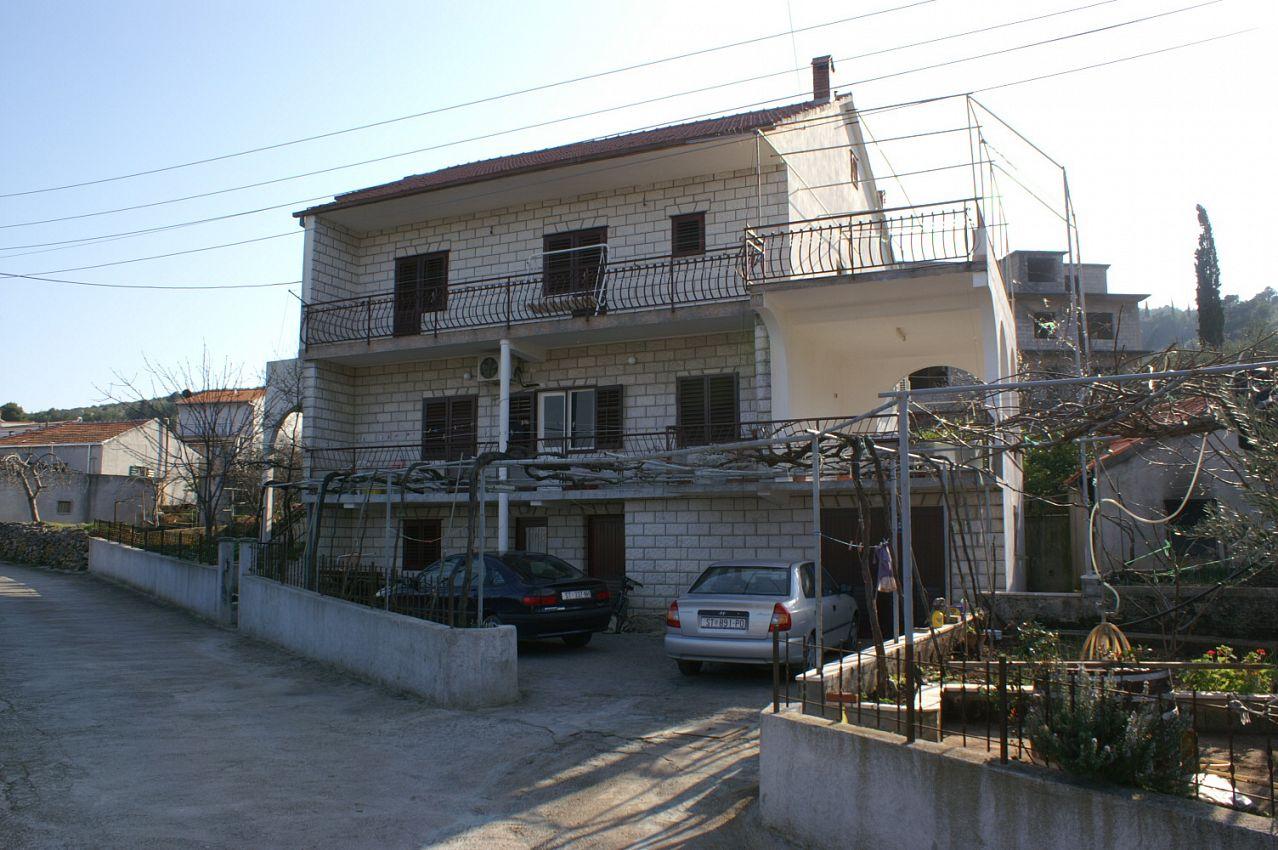 Apartmány s parkoviskom v meste Arbanija - 1125