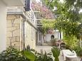 Rastići, Čiovo, Courtyard 2076 - Apartments blizu mora.