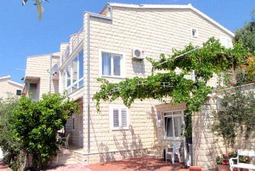 Obiekt Duće (Omiš) - Zakwaterowanie 2737 - Apartamenty blisko morza z piaszczystą plażą.
