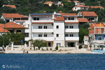 Vinišće, Trogir, Property 3073 - Apartments and Rooms blizu mora with pebble beach.
