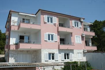 Bilo, Primošten, Obiekt 3090 - Apartamenty przy morzu ze żwirową plażą.