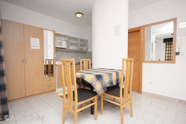 Betina, Dining room u smještaju tipa studio-apartment.