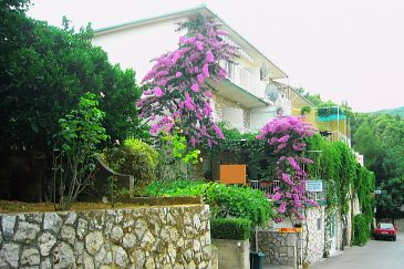Property Jelsa (Hvar) - Accommodation 4019 - Apartments with pebble beach.