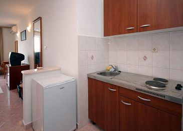 Plat, Kitchen u smještaju tipa studio-apartment.