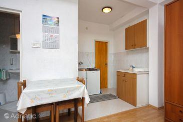 Ropa, Dining room u smještaju tipa studio-apartment.