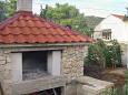 Podwórko Vinišće (Trogir) - Zakwaterowanie 5229 - Apartamenty blisko morza ze żwirową plażą.