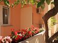 Tučepi, Makarska, Courtyard 6058 - Apartments and Rooms blizu mora with pebble beach.
