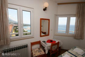 Baška Voda, Dining room u smještaju tipa studio-apartment, dostupna klima.