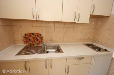 Baška Voda, Kitchen u smještaju tipa studio-apartment, WIFI.