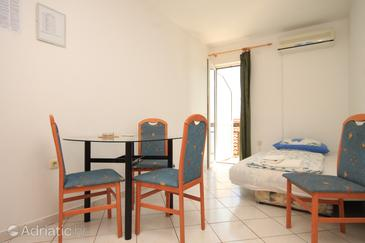 Baška Voda, Dining room u smještaju tipa apartment, dostupna klima.