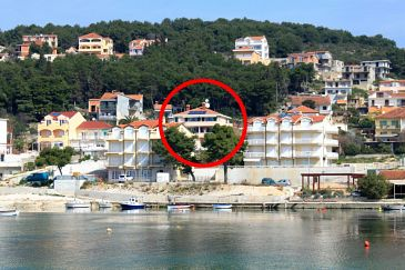 Trogir, Trogir, Obiekt 7561 - Apartamenty przy morzu ze żwirową plażą.