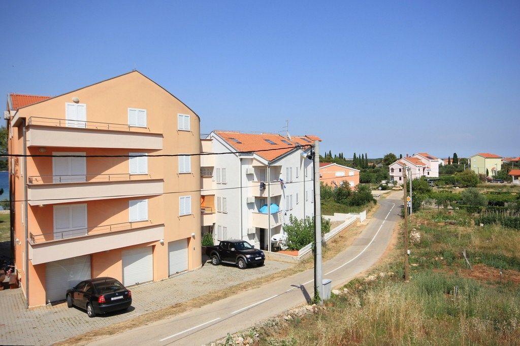 Apartmány s parkoviskom v meste Pašman - 8215