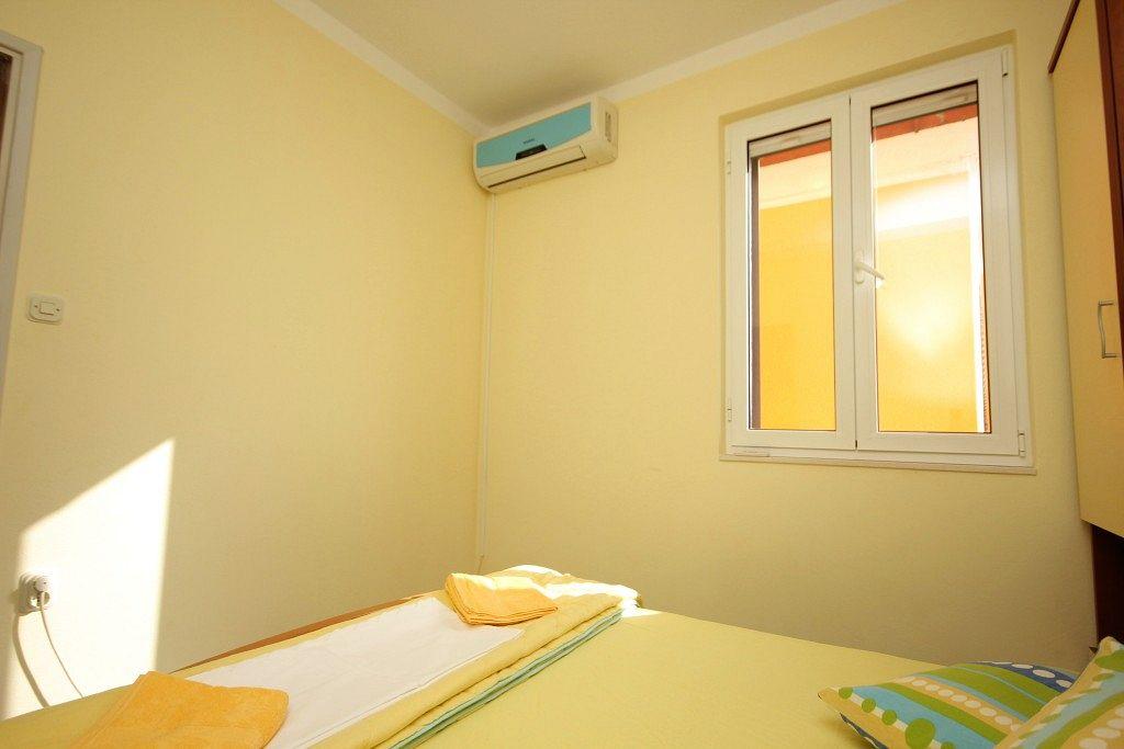 Apartmány s parkoviskom v meste Pašman - 8295