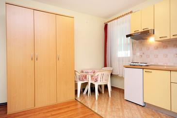 Turanj, Dining room u smještaju tipa studio-apartment, dopusteni kucni ljubimci i WIFI.