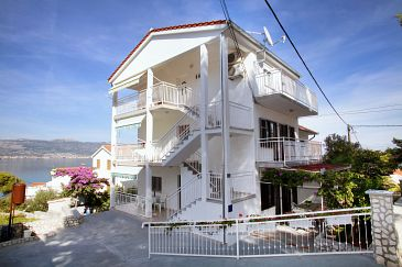 Property Slatine (Čiovo) - Accommodation 972 - Apartments near sea with pebble beach.