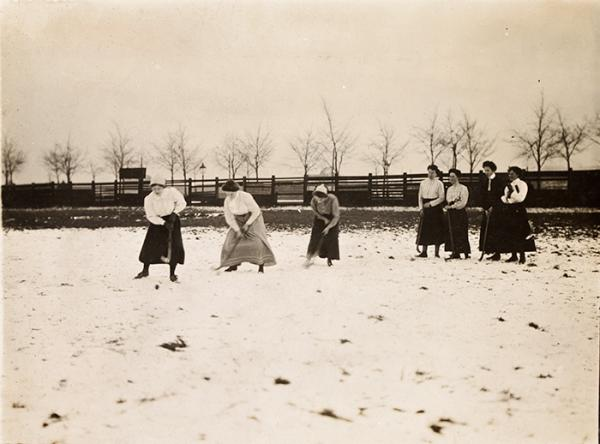 Brussels Hockey Club, ladies' training 'le dribbling', photograph, Andrew Pitcairn-Knowles, 1907. Museum no. E.3490-2004. ©Victoria and Albert Museum, London/Andrew Pitcairn-Knowles