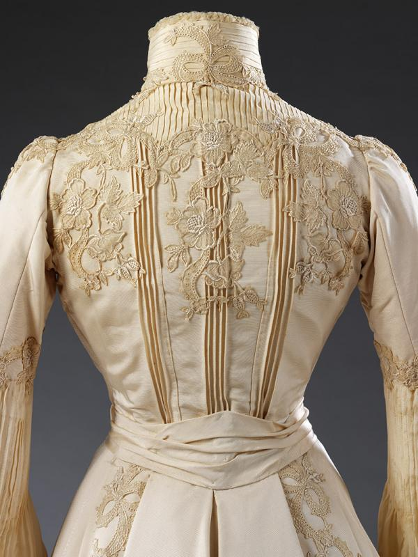 Back bodice detail of the wedding dress by Houghton & Dalton, worn by Edith Hope-Murray, 1902. © Victoria and Albert Museum, London