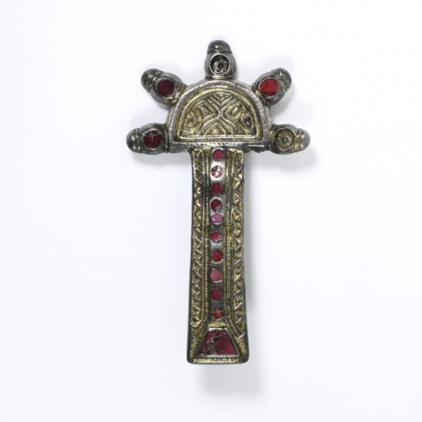 Brooch, partially gilded silver inlaid with garnets set over stamped gold foil, with remains of an iron pin,  probably made in F