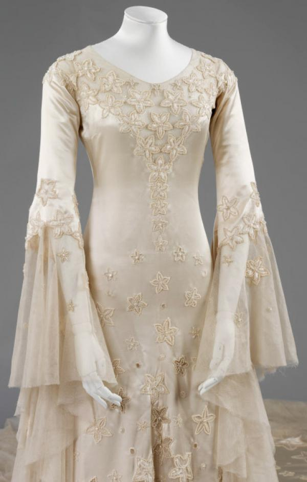 The star flower decorations continue down the body of the dress, and onto the train. © Victoria and Albert Museum, London