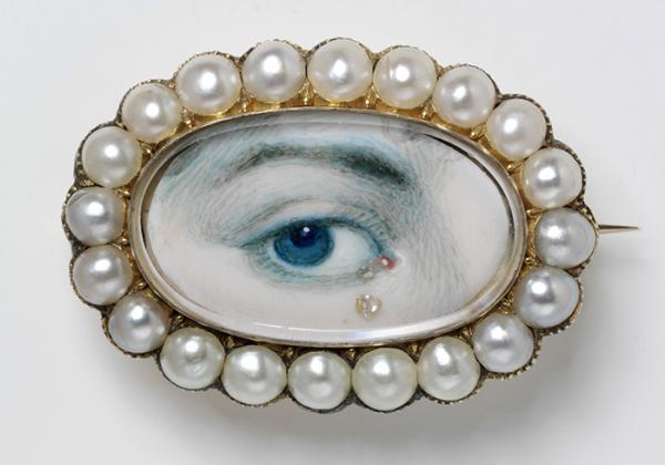 Brooch with eye miniature, England 1800-20, gold, pearls, diamonds, painted miniature. Miniature no. P.56-1977