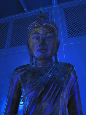 Areas of exposed lacquer, such as in the face, show a yellow colour under UV light.