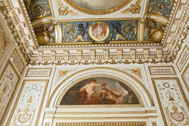 The plain areas around the gilding and decorative paintings are coated with an egg-tempera medium
