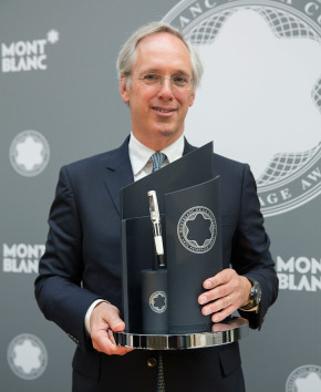 Sir Paul Ruddock with Montblanc de la Culture Arts Patronage Award, 2014. © Victoria and Albert Museum, London