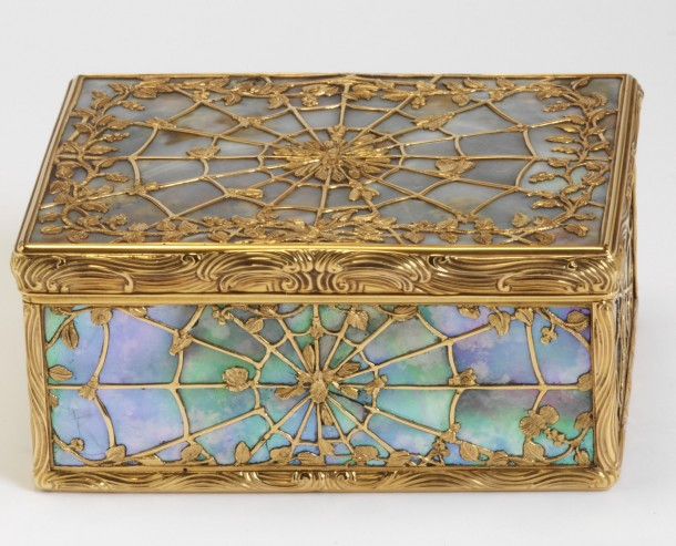 Spider web snuffbox, Paris, 1747-48 (h. 3.4 cm, w. 8 cm, d: 6.1 cm)