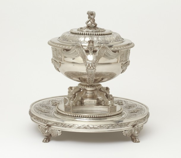 The same soup tureen seen from the side,