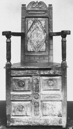 740-1895, armchair, walnut and oak, France, ca. 1515. © V&A Museum
