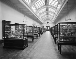 Ceramics Galleries, Room 137 with its first display of ceramics in 1909 © Victoria and Albert Museum, London.