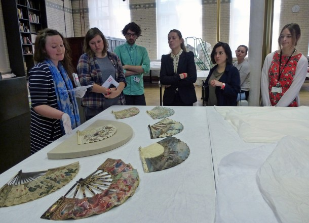 Kirsty Hassard (L) and fans © Victoria and Albert Museum, London