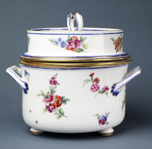 'Seau a glace & jatte a glace' Porcelain ice-pail, Sèvres porcelain factory, France, 1778 (V&A C.237 to B-1987) © Victoria and Albert Museum, London
