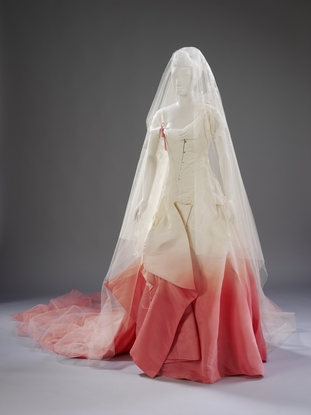 Wedding dress designed by john galliano worn by gwen stefani 2002
