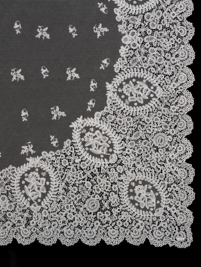 Honiton lace veil, 1865 © V&A Collection