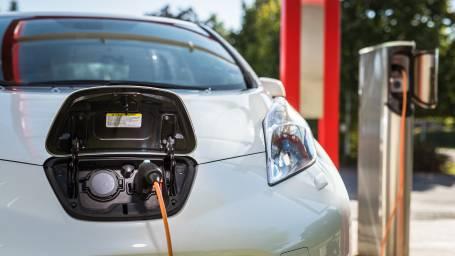 Miten sähköauto eroaa hybridiautosta?