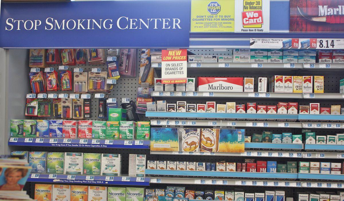 Rite Aid - Un rayon où on peut trouver des cigarettes dans un point de vente de Rite Aid - Crédit : https://blumalbum.wordpress.com/2010/02/09/tobacco-in-the-pharmacies/