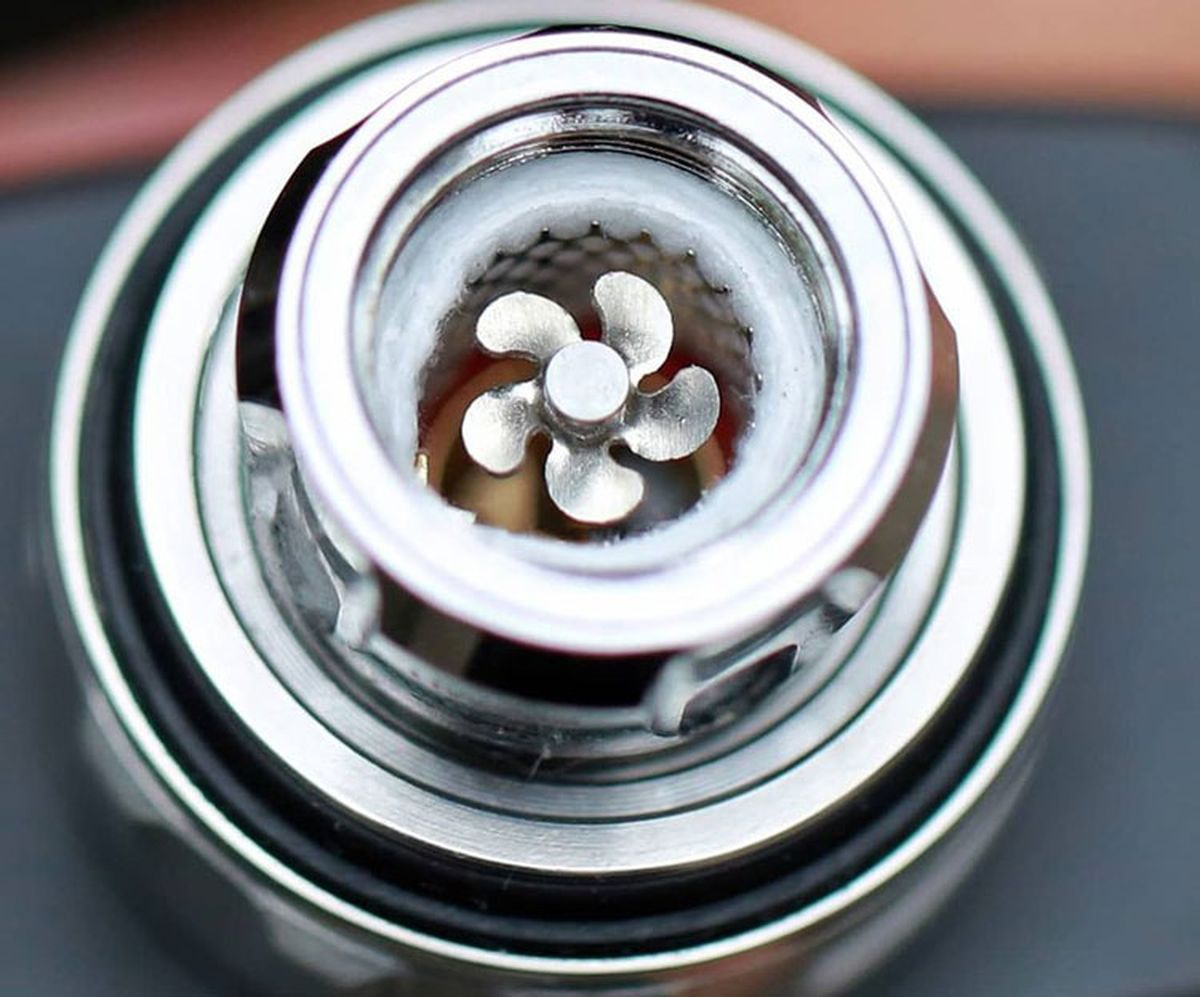 The Eleaf Rotor is a sub-ohm tank whose particularity is its coil with a fan. Put a turbine in your vape.