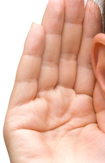 ragazza con una mano vicina all'orecchio